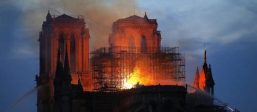 """Notre Dame, impresa ammette: """"Gli operai fumavano sulle impalcature"""" - tpi.it"""