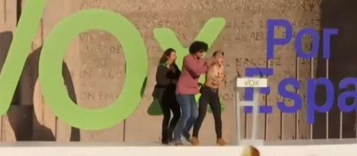 Activistas de Femen irrumpen en el acto de cierre de campaña de VOX en Madrid. / Telecinco