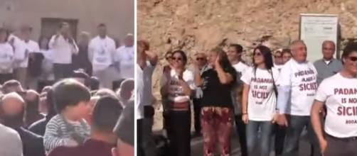 Salvini contestato in piazza: 'Carogna', lui 'Vi regaliamo il libro di Saviano' (VIDEO)