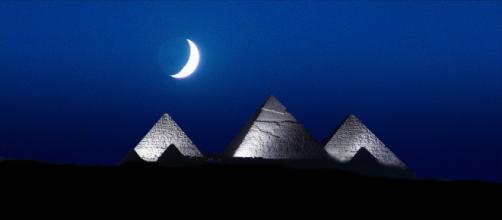 Una noche de luna en las Pirámides de Giza, cerca de El Cairo, Egipto.