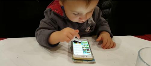 Bambino di un anno e mezzo che usa lo smartphone