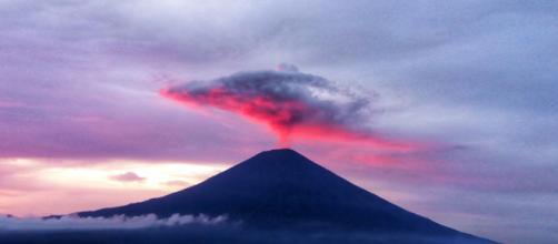 Las autoridades balinesas hartas de los turistas que se arriesgan ante un volcán