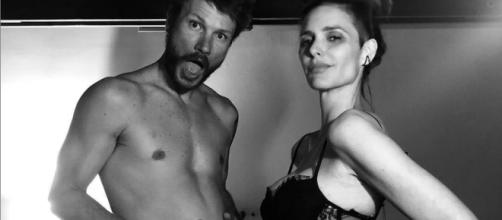 Fernanda Lima grávida posa ao lado do marido. (Divulgação/Instagram/@fernandalimaoficial)