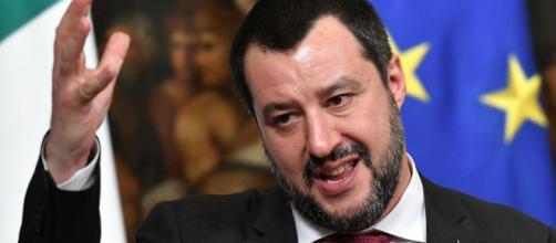 Matteo Salvini, bacio gay di due donne