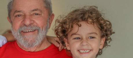 Lula e neto que morreu recentemente. (Arquivo Blasting News)