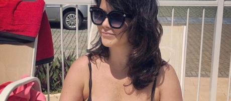 Samara Felippo na praia mostrando a barriguinha. (Reprodução/Instagram/@sfelippo)