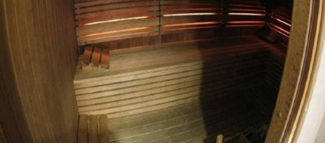 Policial nu em sauna reconhece e prende foragido na Suécia