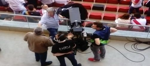 Un aficionado del Rayo Vallecano consiguió con su chaqueta que las cámaras se fueran de la ubicación para aficionados con movilidad reducida