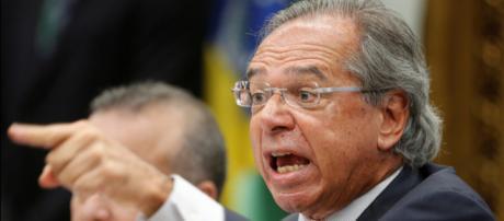 Guedes discute com parlamentares na CCJ. (Arquivo Blasting News)