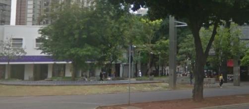 Homem idoso ofende o cliente em loja em Belo Horizonte. (Foto: Reprodução/StreetView)