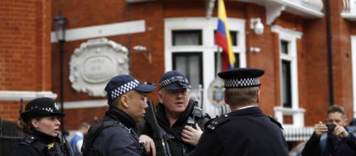 Julian Assange arrestato a Londra da Scotland Yard. foto - nuovarassegna.it