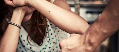 La moglie si rifiuta di lavargli i piedi e non sa fare le torte: massacrata di botte - Il Mattino