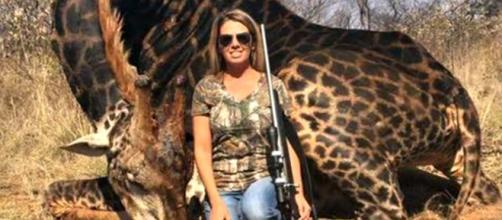 Caçadora gera revolta ao postar foto ao lado de girafa negra morta ... - com.br