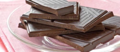 20 grammi di cioccolato fondente al giorno potrebbe aiutare a ridurre l'ipertensione. (Canva)