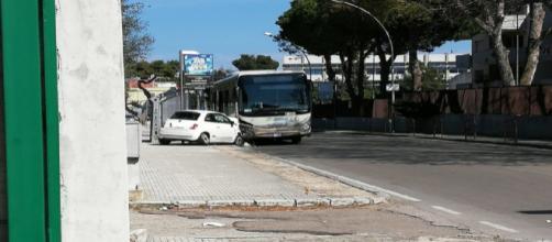 Brindisi, auto contro bus vicino ad un liceo: un ferito grave, studenti in ospedale
