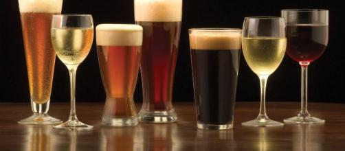 Infarto, un bicchiere di vino o di birra a cena aumenterebbe il rischio