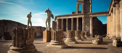 Pompei, arrestata turista inglese per furto di mosaico antico.