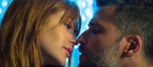 Gabriel e Luz se beijam. (Reprodução/Rede Globo)