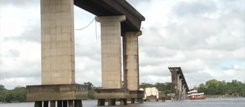 Ponte no Rio Moju cai após colisão de balsa. (Reprodução/Rede Globo)