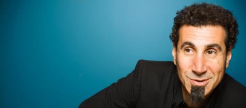 Serj Tankian terá sua vida retratada nas telonas. (Arquivo Blasting News)