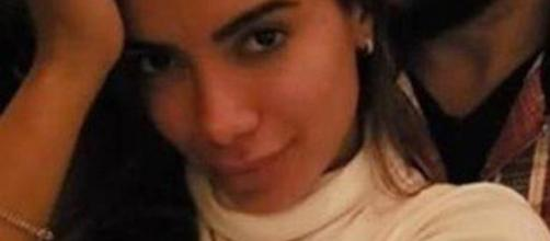 Anitta posou para foto recebendo beijo na nuca de empresário. (Reprodução/ Instagram/ @anitta_tato).
