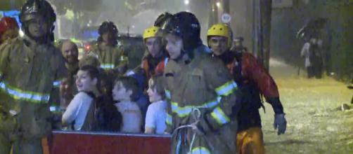 Bombeiros resgatam crianças no RJ. (Reprodução/TV Globo)