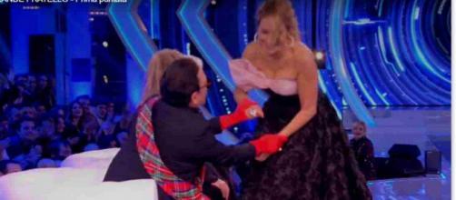 GF 16: Barbara D'Urso gaffe con Malgioglio: 'Le mutande le hai?'