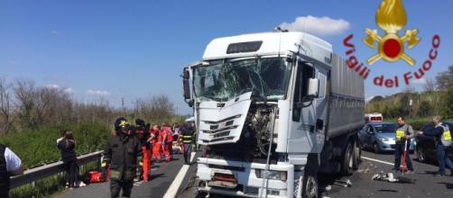 Roma, incidente in autostrada: tir contro pullman di bambini.