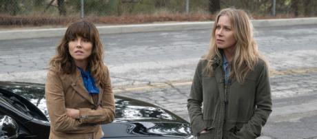 Linda Cardellini (esquerda) e Cristina Applegate em cena de 'Disque Amiga para Matar'. (Divulgação/Netflix)