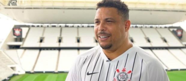 Ronaldo com nova camisa comemorativa do Corinthians. (Reprodução/Instagram/@corinthians)