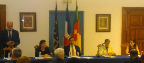 L'ambassadeur de Fance au Cameroun en compagnie des représentants des 2 ONG (c) Odile Pahai