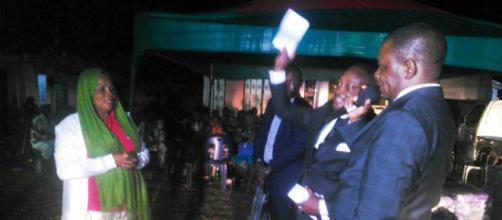 Le Maire de la Commune d'arrondissement de Yaoundé 6 lors de la remise de dons (c) Odile Pahai
