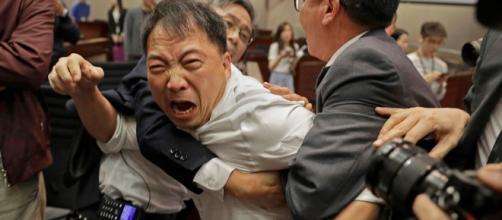 Hong Kong: rissa nel Parlamento - nypost.com