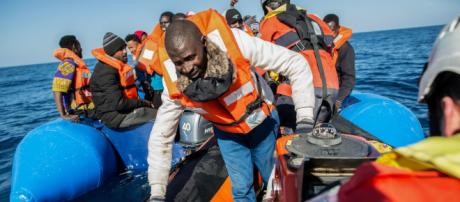 Migranti, 64 soccorsi e fatti sbarcare a Crotone