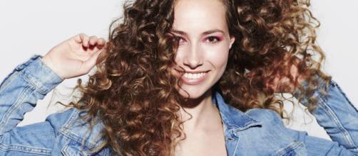 Comment prendre soin et réparer mes cheveux bouclés et frisés ... - cosmopolitan.fr