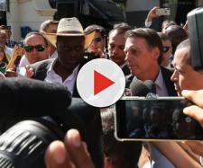 Presidente Jair Bolsonaro fala com a imprensa durante sua chegada a Dallas. (Marcos Corrêa/Presidência da República)