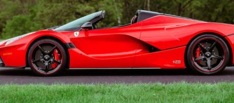 Berlino, si finge interessato ad una Ferrari: chiede di provarla e scappa con l'auto