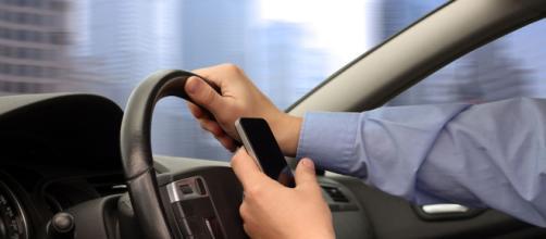 Cellulare al volante: stop patente dopo la prima infrazione, se ne parla nel nuovo Codice della Strada