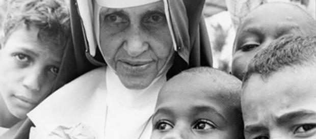 Irmã Dulce com crianças. (Arquivo Blasting News)