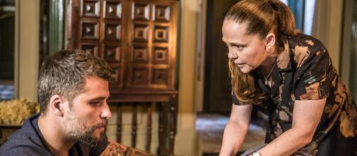 Judith impede Gabriel de beber chá preparado para Padre Ramiro. (Arquivo Blasting News)