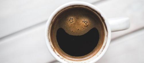 Il consumo di caffè maggiore di 6 tazzine al giorno potrebbe aumentare del 22% il rischio di malattie cardiovascolari. (Canva)