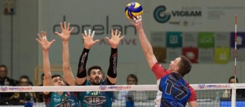 Plotnyskyi con la maglia del Monza attacca il muro di Perugia.