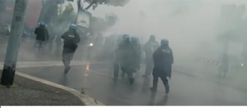 Scontri tra le tifoserie di Lazio e Atalanta e le forze dell'ordine prima della finale di coppa Italia