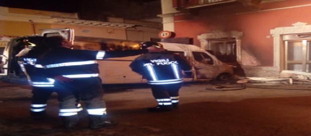 Brindisi, paura a Tuturano: furgone va a fuoco in pieno paese, danneggiato un edificio