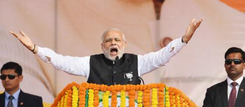 Narenda Modi en un encendido discurso, rodeado de sus guardaespaldas.