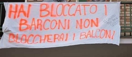 Uno degli striscioni di protesta esposti a Milano contro Matteo Salvini
