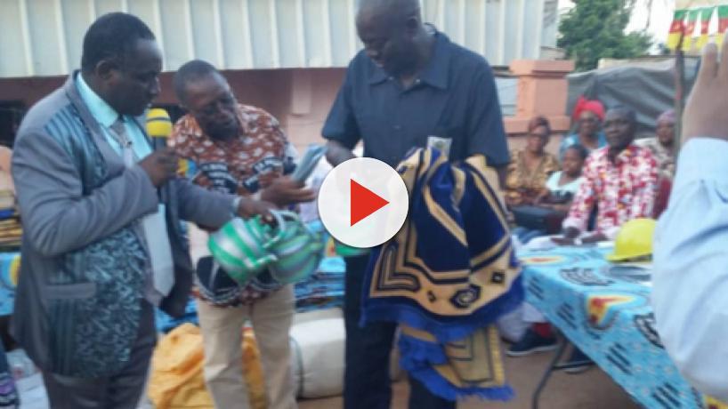 Cameroun : Achille Atanga distribue des dons aux militants de la CAY 2
