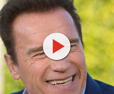 Arnold Schwarzenegger colpito con un calcio alle spalle durante una manifestazione.