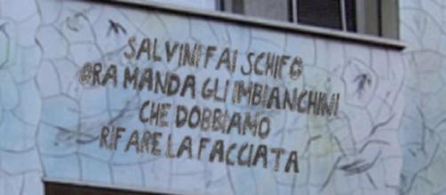 La scritta anti-Salvini pubblicata in un tweet da Selvaggia Lucarelli
