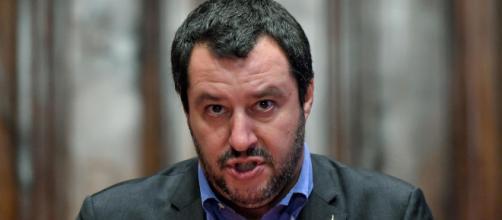 Matteo Salvini condannato dal mondo cattolico per aver esibito un rosario sul palco